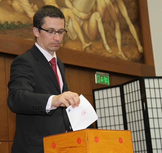 Vedoucí katedry politologie Stanislav Balík vkládá svůj hlas do urny. Foto: Barbora Halbová.